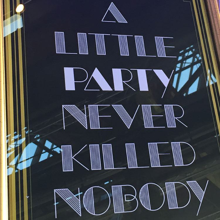 Et skilt står med teksten 'a little party never killed nobody'